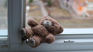 У пьяной матери ребенок выпал с шестого этажа в Челябинской области