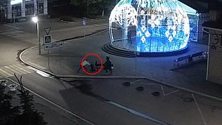 Вандалы разрушают памятник в Троицке: видео с камеры наблюдения