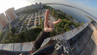 Экстремал из Южноуральска перепрыгнул с одной крыши на другую: видео трюка
