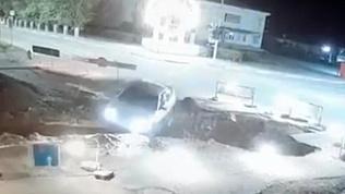 Седан уходит под землю: видео необычного ДТП