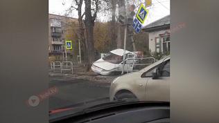 «Легковушка» вылетела на тротуар в Челябинске