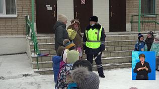 Автоинспекторы из Златоуста объясняют правила дорожного движения детям