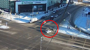 Такси и кроссовер столкнулись на перекрёстке: видео ДТП