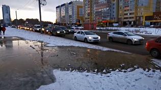 На улице Бейвеля произошёл коммунальный потоп: видео с места происшествия