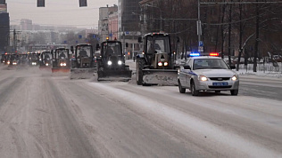 Парад снегоуборочных тракторов попал на видео