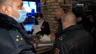 Полицейские проверяют ночные заведения