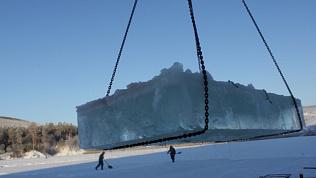 В Сатке заготовка льда для сказочного городка попала на видео