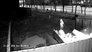 Видео огненного ритуала: женщина подожгла мусорный контейнер