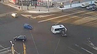 «Лексус» протаранил маршрутное такси: видео с камеры наблюдения