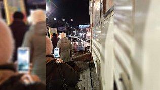 Влетел в остановку и сломал трамвай: лихач попал на видео на проспекте Победы