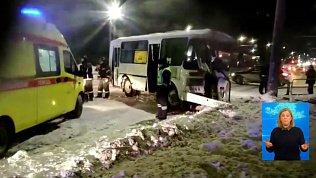 Автобус с пассажирами влетел в столб