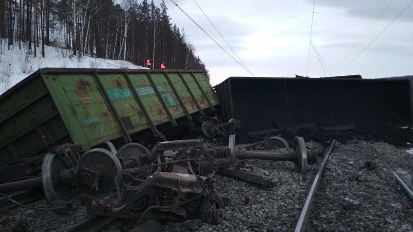 На участке Южно-Уральской железной дороги с рельсов сошли вагоны грузового поезда